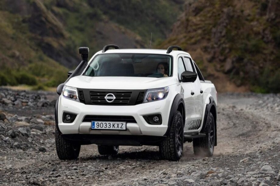 Nissan Navara AT32 over een kiezelpad