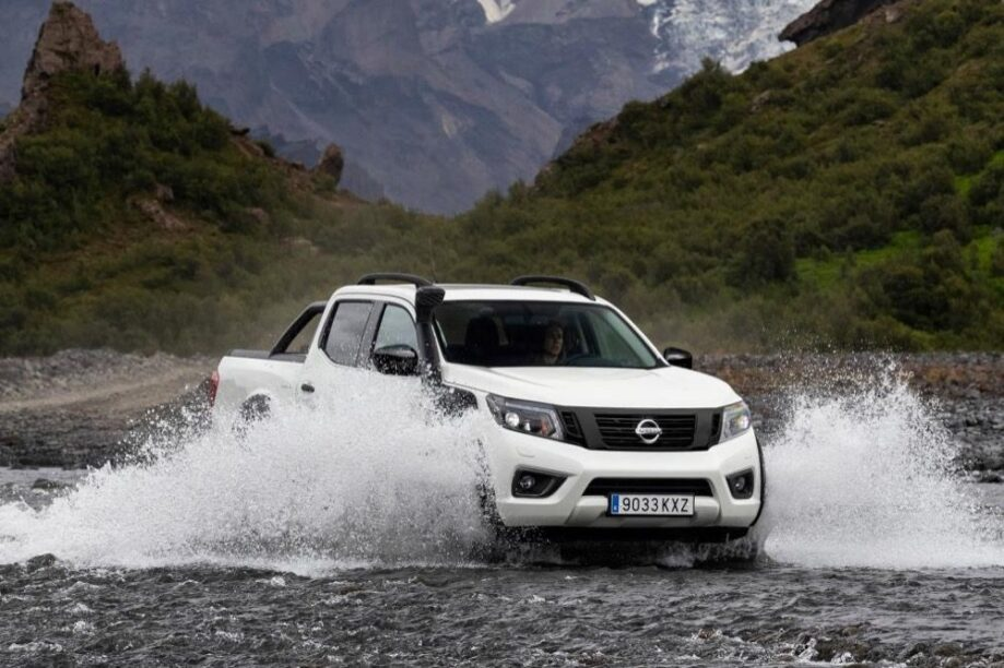 Nissan Navara AT32 door het water