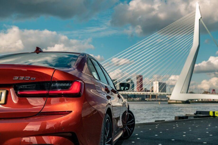 Een PHEV-BMW bij de Erasmusbrug.