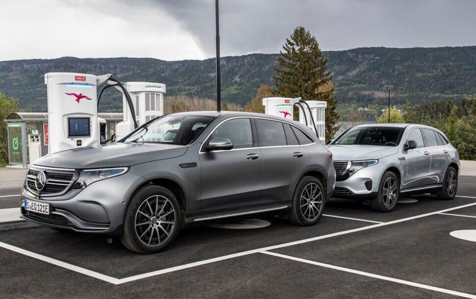 Twee Mercedes EQC's bij een van de oplaadpunten van Ionity