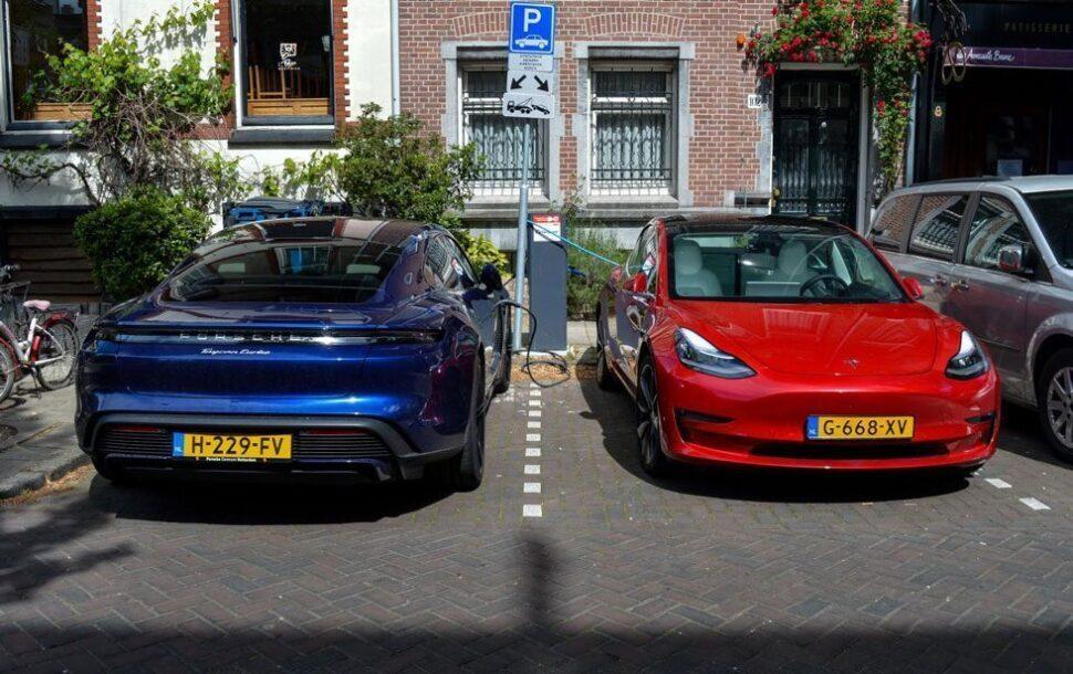 Wat zijn de kosten van elektrisch rijden, bijvoorbeeld met deze Porsche Taycan en Tesla Model 3?