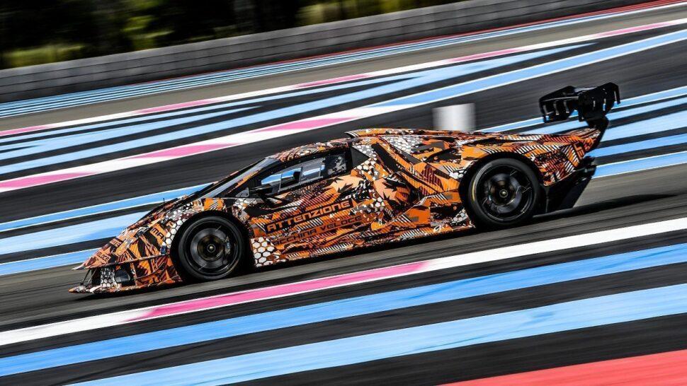 Zij-aanzicht van de Lamborghini SCV12