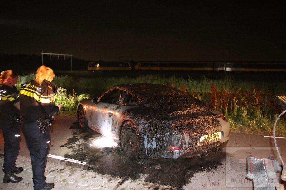 Porsche 911 GTS neemt frisse duik in het water