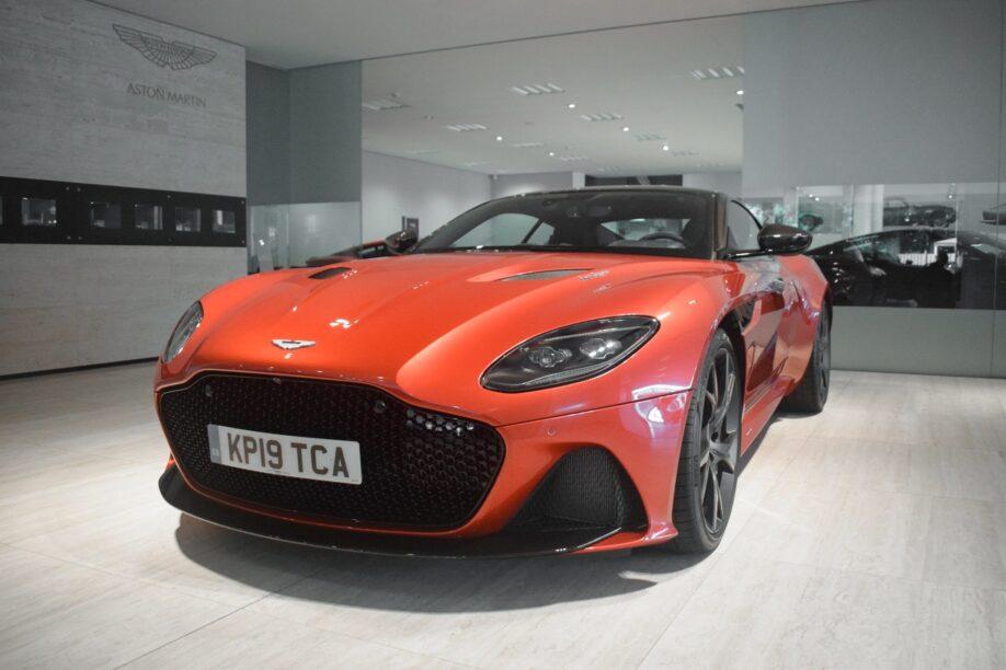 De neus van Verstappens Aston Martin