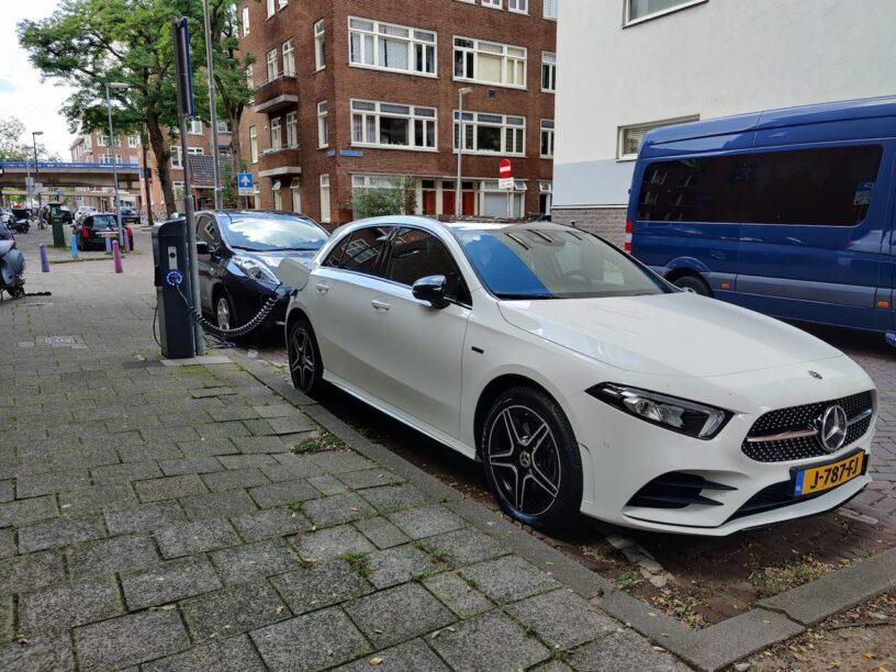 Autoblog Garage Mercedes A250e opladen in de stad