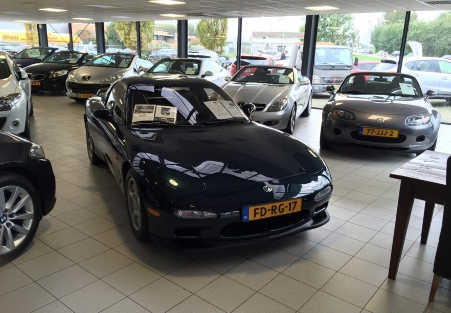 Mazda RX-7 in een showroom