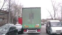 Video - vrachtwagen maakt krappe bocht met veel verkeer