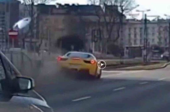 Video: Ferrari 458 flink beschadigd na crash