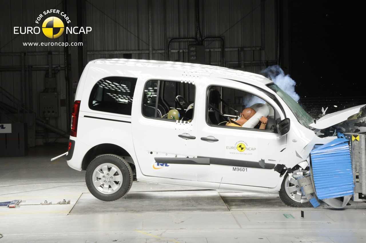 foto crashes mercedes citan euroncap mercedes citan. Black Bedroom Furniture Sets. Home Design Ideas