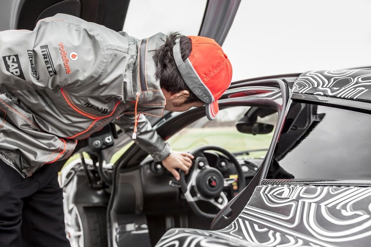 video sergio perez jaagt mclaren p1 over top gear circuit. Black Bedroom Furniture Sets. Home Design Ideas