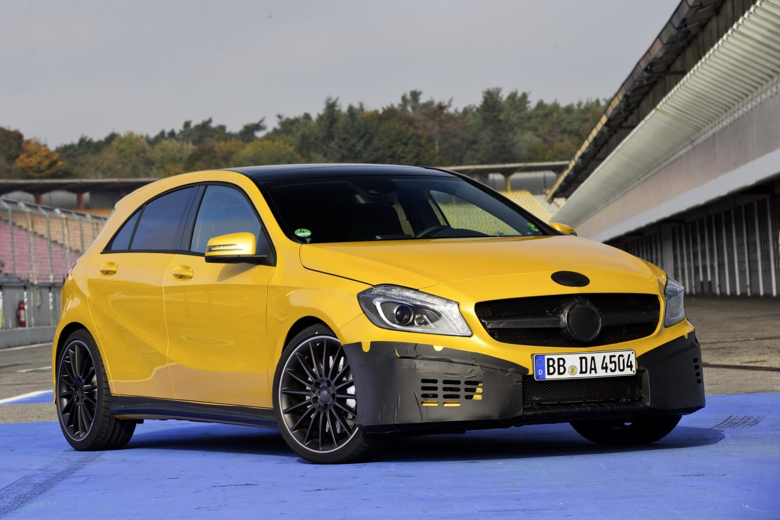 foto mercedes a45 amg yellow mercedes a klasse a45 amg 002. Black Bedroom Furniture Sets. Home Design Ideas