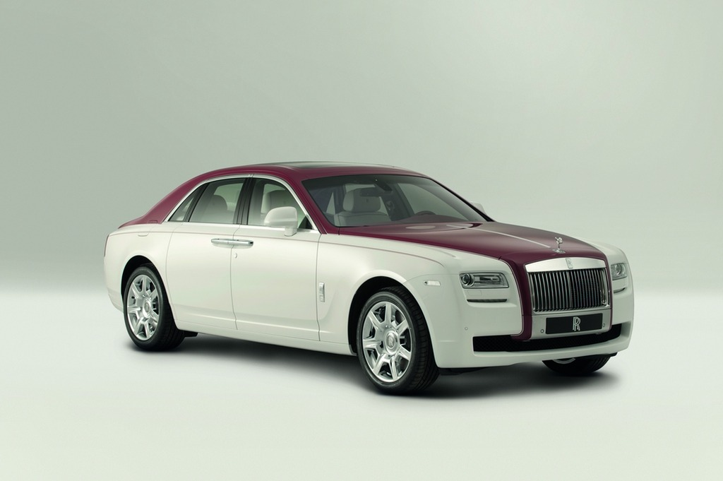 rood witte bespoke rolls royce ghost gaat naar qatar. Black Bedroom Furniture Sets. Home Design Ideas