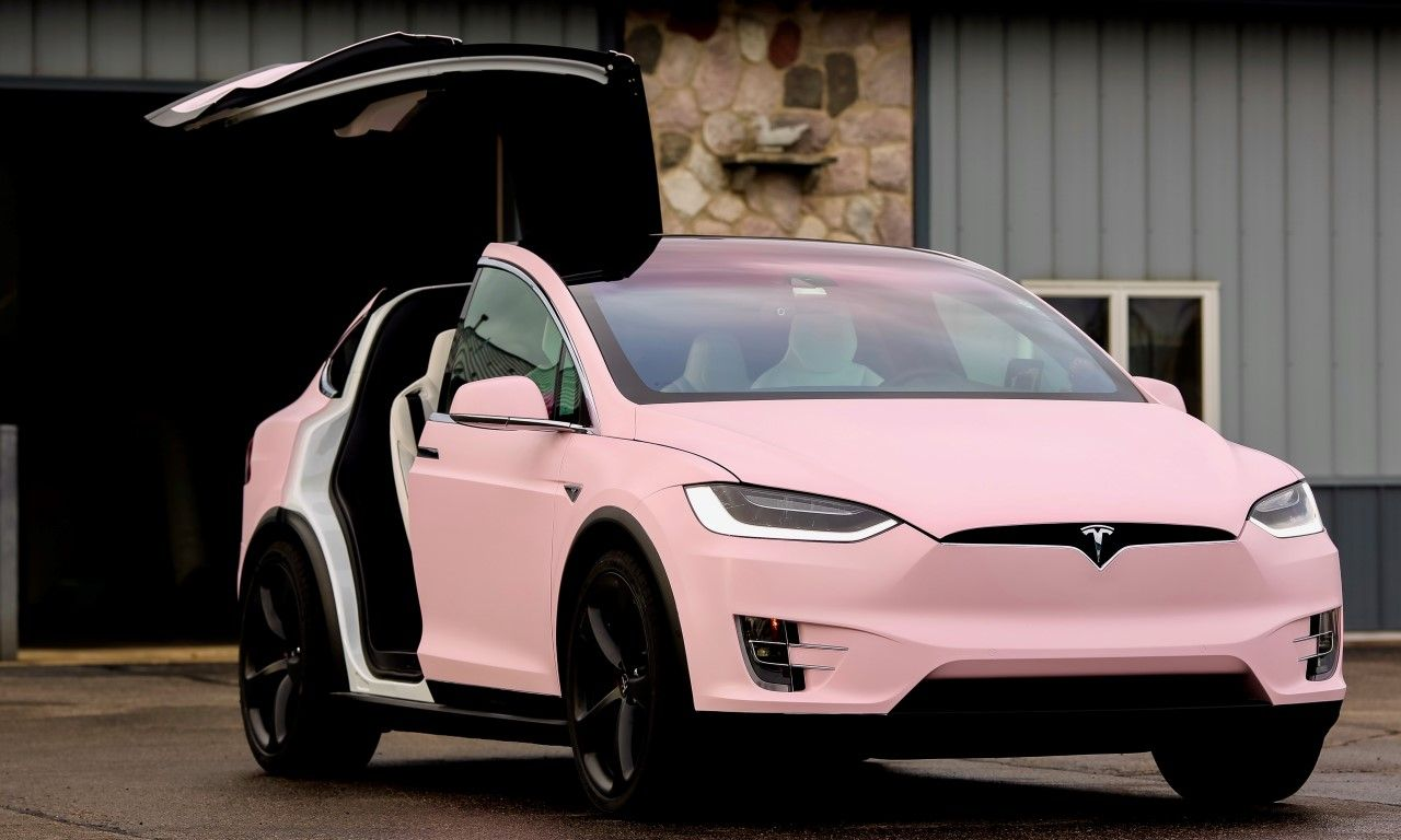 deze tesla model x is tamelijk roze gedipt. Black Bedroom Furniture Sets. Home Design Ideas